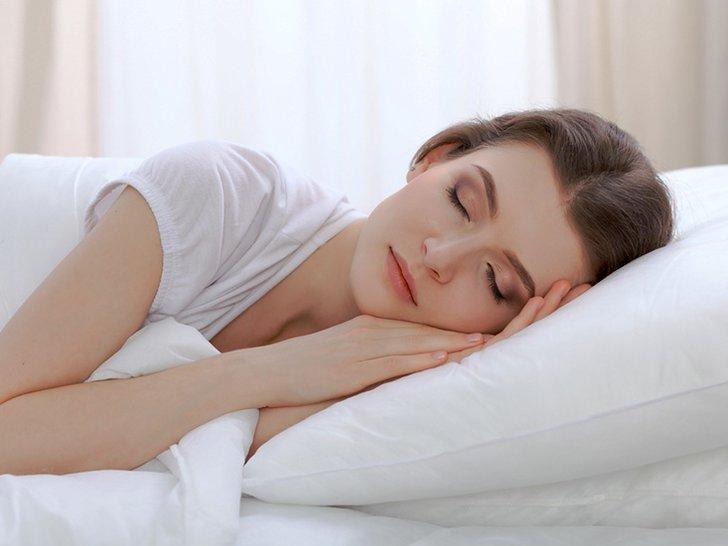 Apa yang Akan Terjadi Saat Tidur dengan Makeup Masih Menempel di Kulit?