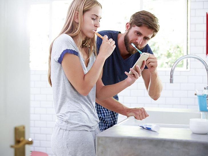 Amankah Menggunakan Satu Sikat Gigi Bersama Pasangan?