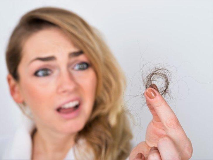 7 Cara Mengatasi Rambut Rontok pada Wanita dengan Cepat