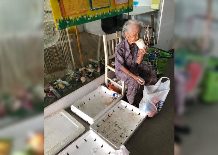 Salut! Nenek Ini Masih Semangat Berjualan Buah dan Sayur