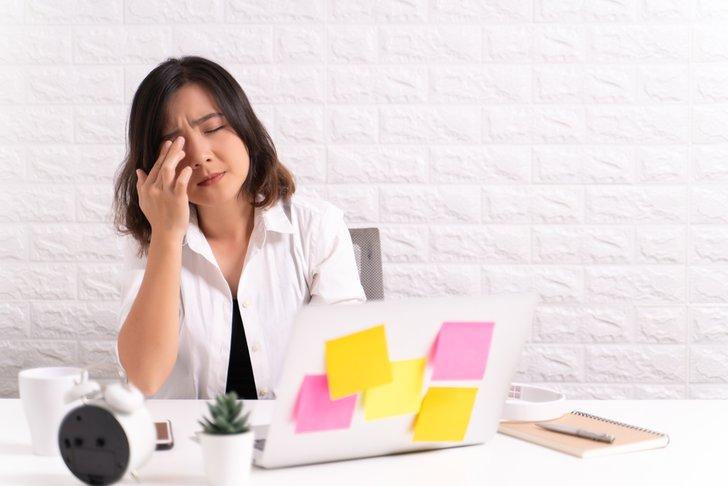 Sering Bermain Laptop, Mata Wanita Ini Keluarkan Cairan